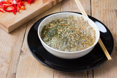 Tallarines cocinados del celofán en un cuenco Imagen de archivo