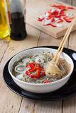 Tallarines cocinados del celofán en un cuenco Fotografía de archivo libre de regalías