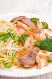 Tallarines con carne de vaca del pollo y el palillo del cangrejo Foto de archivo