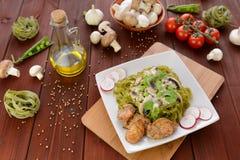 Tallarines con la carne del pollo, las setas y la preparación de queso verde Fotografía de archivo