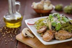 Tallarines con la carne del pollo, las setas y la preparación de queso verde Fotos de archivo libres de regalías