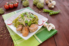 Tallarines con la carne del pollo, las setas y la preparación de queso verde Imagen de archivo