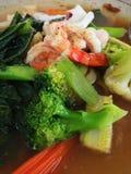 Tallarines con la verdura y los mariscos Foto de archivo