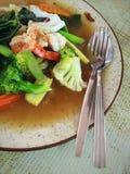 Tallarines con la verdura y los mariscos Foto de archivo libre de regalías