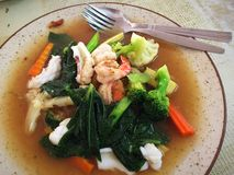 Tallarines con la verdura y los mariscos Imagenes de archivo