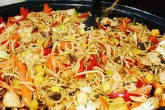 Tallarines con las verduras y el pollo frito Foto de archivo libre de regalías