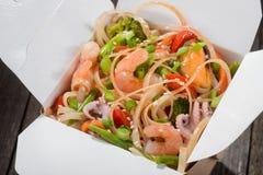 Tallarines con las verduras y los mariscos Fotos de archivo