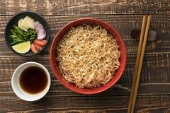 Tallarines con shoyu o salsa e ingrediente en el backgroound de madera t Foto de archivo libre de regalías