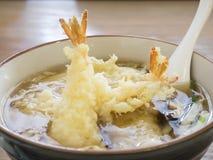 Tallarines con tempura del camarón Imágenes de archivo libres de regalías