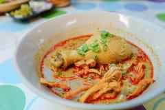 Tallarines, curry rojo con el pollo Foto de archivo