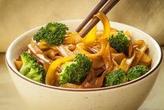 Tallarines de arroz con bróculi imagen de archivo libre de regalías