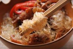 Tallarines de arroz con cerdo. Foto de archivo