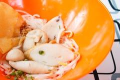 Tallarines de arroz con la bola de pescados imagen de archivo