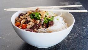 Tallarines de arroz con la salsa picante del cerdo Fotografía de archivo