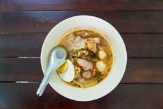 Tallarines de arroz estrechos en sopa con el huevo y el cerdo Fotos de archivo