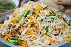 Tallarines de arroz frito con los brotes de haba. Imagen de archivo