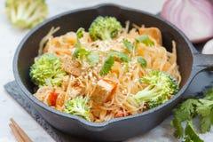 Tallarines de arroz fritos del vegano con el queso de soja y el bróculi Imagenes de archivo
