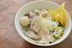 Tallarines de arroz que rematan la bola y las entrañas del cerdo en sopa en el cuenco Foto de archivo