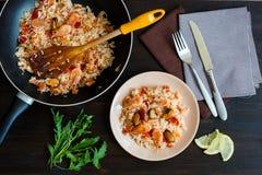 Tallarines de arroz sofritos con las gambas y los mejillones Foto de archivo