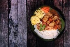 Tallarines de arroz tailandeses con carne de vaca en curry japonés imagen de archivo