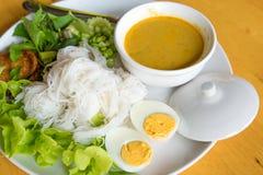 Tallarines de arroz tailandeses, tallarines fermentados de la harina de arroz Foto de archivo