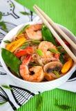 Tallarines de cristal del arroz con los camarones y las verduras Foto de archivo libre de regalías