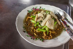 Tallarines de huevo curruscantes con cerdo y col rizada china en salsa gruesa Imagen de archivo libre de regalías