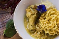 Tallarines de huevo en el curry del pollo (Kao Soi Kai) Fotografía de archivo