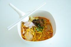 Tallarines de huevo en el curry del pollo (Kao Soi Kai) Imagen de archivo