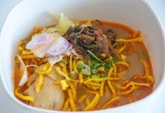 Tallarines de huevo en el curry del pollo (Kao Soi Kai) Foto de archivo libre de regalías