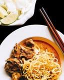 Tallarines de huevo en el curry Kao Soi Kai del pollo en negro aislado fotografía de archivo