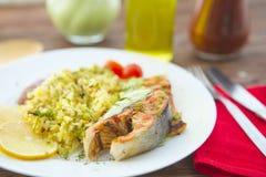 Tallarines de la subida con los salmones y la verdura en la tabla de madera Foto de archivo libre de regalías