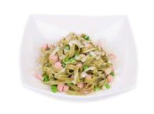 Tallarines de las pastas con los guisantes verdes Imagen de archivo libre de regalías