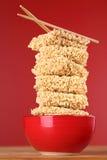 Tallarines de los alimentos de preparación rápida en un cuenco Fotos de archivo