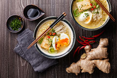 Tallarines de ramen asiáticos del Miso con el huevo, el queso de soja y el enoki Imagen de archivo libre de regalías