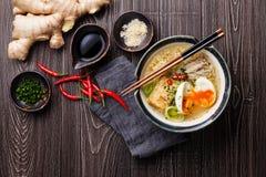 Tallarines de ramen asiáticos del Miso con el huevo, el queso de soja y el enoki Fotografía de archivo