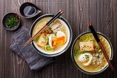 Tallarines de ramen asiáticos del Miso con el huevo, el queso de soja y el enoki Imagen de archivo