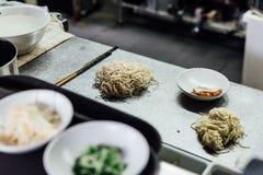 Tallarines de ramen crudos del estilo de Hakata con cerdo del chashu en la encimera Prepárese para cocinar los ramen fotografía de archivo