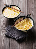 Tallarines de ramen del Miso y palillos asiáticos Imagenes de archivo
