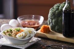 Tallarines de Ramen inmediatos con los huevos, la salsa de soja y el bróculi Foto de archivo libre de regalías