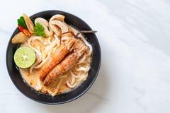 tallarines de ramen picantes del udon de los camarones (Tom Yum Goong fotos de archivo libres de regalías