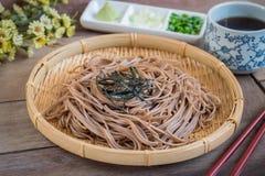 Tallarines de Soba con alga marina secada en la placa de bambú, comida japonesa foto de archivo libre de regalías