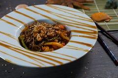Tallarines de Soba con el camarón en un fondo de madera oscuro Foto de archivo