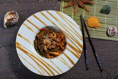 Tallarines de Soba con el camarón en un fondo de madera oscuro Fotografía de archivo