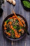 Tallarines de Soba con las verduras y la alga marina Fotografía de archivo libre de regalías