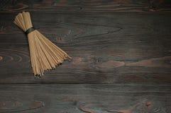 Tallarines del alforfón en una tabla oscura Fotos de archivo libres de regalías