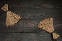 Tallarines del alforfón en una tabla oscura Foto de archivo