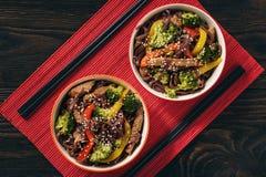 Tallarines del arroz moreno con la carne y las verduras, cocina oriental del estilo foto de archivo
