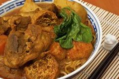 Tallarines del curry del pollo fotos de archivo