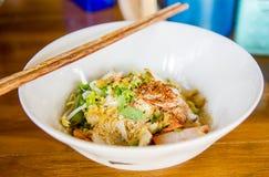Tallarines del trigo con las verduras y la carne en estilo tailandés Imagen de archivo